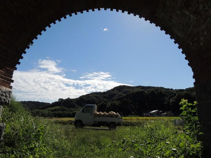 登録有形文化財の内田三連橋梁(1895年供用開始)のトンネルから外を写した。トンネルの縁がギザギザになっているのは、鉄道が複線化することを見越して、 橋梁を増設する予定だったが、複線化することなく、現在もその日を待っている。 昔から変わらぬ心安らぐ田園風景。いつまでもこのままであってほしい。